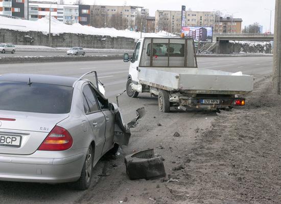 Авария на Лаагна: Мерседес подрезал грузовик. Фото: postimees.ee.