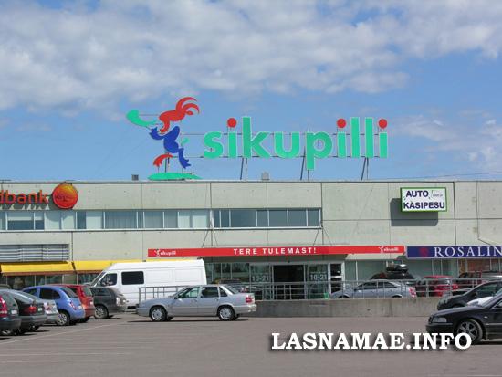 О том, что в  Сикупилли жили бедняки, державшие коз, сейчас только напоминает вывеска на крыше торгового центра Sikupilli. Фото: Виталия Фактулина.