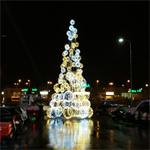 Новогодняя елка на площадке рядом с торговым центром Lasnamae Center. Фото Виталия Фактулина.